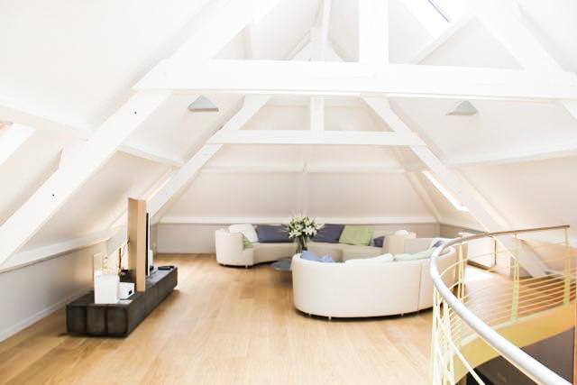 Modernes Wohnzimmer Unter Dem Dach Des Grossen Saals Zimmer